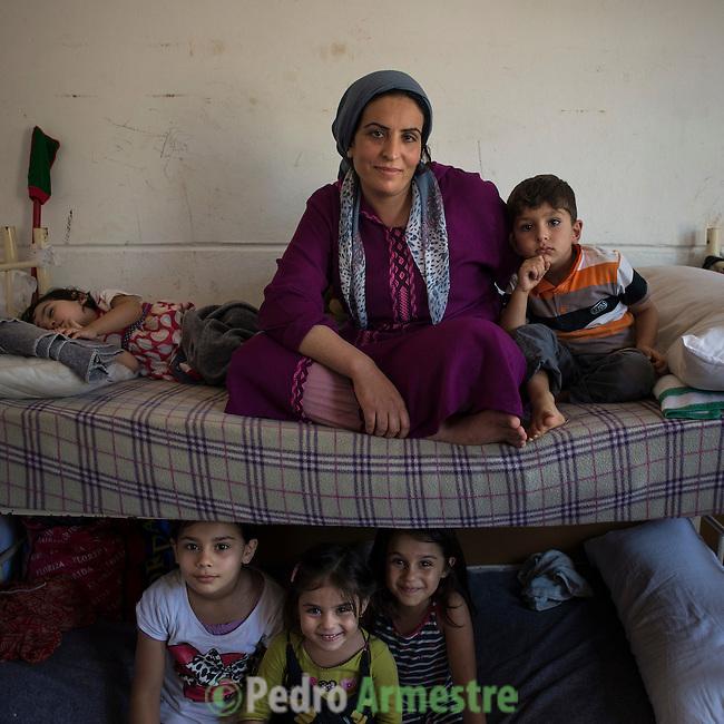 15 septiembre 2015. Ceti-Melilla <br /> Khlam Tami tiene 31 años y es de Kobani (Siria). Permanece en el Centro de Estancia Temporal de Inmigrantes (Ceti) junto a sus dos hijos, Mohammed, de 4 años y medio, y Rokach, de un año y dos meses. Su marido está en Nador (Marruecos). La ONG Save the Children exige al Gobierno español que tome un papel activo en la crisis de refugiados y facilite el acceso de estas familias a través de la expedición de visados humanitarios en el consulado español de Nador. Save the Children ha comprobado además cómo muchas de estas familias se han visto forzadas a separarse porque, en el momento del cierre de la frontera, unos miembros se han quedado en un lado o en el otro. Para poder cruzar el control, las mafias se aprovechan de la desesperación de los sirios y les ofrecen pasaportes marroquíes al precio de 1.000 euros. Diversas familias han explicado a Save the Children cómo están endeudadas y han tenido que elegir quién pasa primero de sus miembros a Melilla, dejando a otros en Nador. © Save the Children Handout/PEDRO ARMESTRE - No ventas -No Archivos - Uso editorial solamente - Uso libre solamente para 14 días después de liberación. Foto proporcionada por SAVE THE CHILDREN, uso solamente para ilustrar noticias o comentarios sobre los hechos o eventos representados en esta imagen.<br /> Save the Children Handout/ PEDRO ARMESTRE - No sales - No Archives - Editorial Use Only - Free use only for 14 days after release. Photo provided by SAVE THE CHILDREN, distributed handout photo to be used only to illustrate news reporting or commentary on the facts or events depicted in this image.