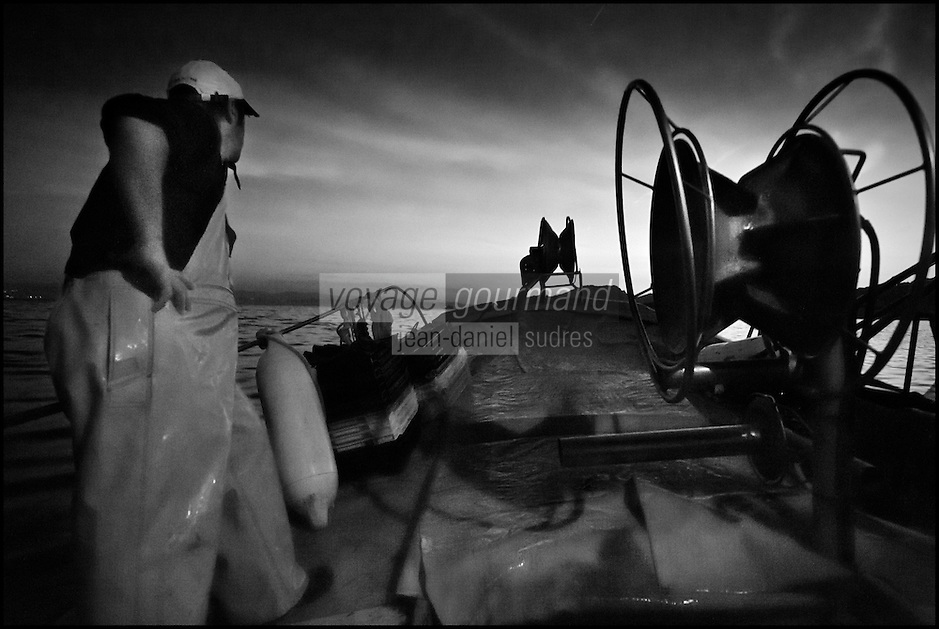 Europe/Provence-Alpes-Côte d'Azur/83/Var/Iles d'Hyères/Ile de Porquerolles: Départ à la pêche à l'aube  la pêche  pour lever les filets sur le pointu de Gérard Genta, pêcheur et restaurateur: Restaurant du Pêcheur - Hôtel Le Porquerollais   <br /> Auto N°:2012-418