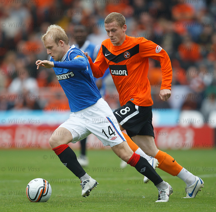 Steven NAismith skips past Scott Robertson