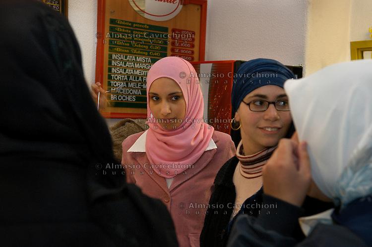 23 OTT 2004 Milano: ragazze musulmane in un bar di viale Monza. dove si incontrano i giovani della comunita'.© Almasio & Cavicchioni..OCT 23 2004 Milan: Muslim girls in  a coffee shop in viale Monza where the young members of the community meet © Almasio & Cavicchioni