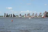 SK€TSJESILEN: GROU: Starteiland Pikmar, 18-07-2015, SKS kampioenschap 2015, Sk˚tsje van Grou wint de openingswedstrijd, ©foto Martin de Jong