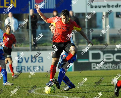 2008-02-17 / Voetbal / Royal Cappellen Football Club - K.S.K. Tongeren Hedera Millen / Augusto Da Silva van Kapellen op de bal met Ronald Dassen van Tongeren..Foto: Maarten Straetemans (SMB)
