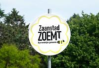 Nederland Zaandam 2019.  Zaanstad Zoemt. Bijvriendelijke Gemeente bord.  Foto Berlinda van Dam / Hollandse Hoogte