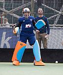 UTRECHT -  keeper Joyce Sombroek (Laren)<br /> voor  de hockey hoofdklasse competitiewedstrijd dames:  Kampong-Laren . Op de achtergrond assistent-coach Hans Hekman (Laren) .COPYRIGHT KOEN SUYK