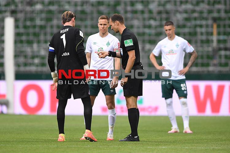 Torwart Timo Horn (1. FC Koeln), Niklas Moisander (Werder Bremen) und Schiedsrichter Bastian Dankert bei der Seitenwahl.<br /><br />Sport: Fussball: 1. Bundesliga:: nphgm001:  Saison 19/20: 34. Spieltag: SV Werder Bremen - 1. FC Koeln, 27.06.2020<br /><br />Foto: Marvin Ibo GŸngšr/GES/Pool/via gumzmedia/nordphoto