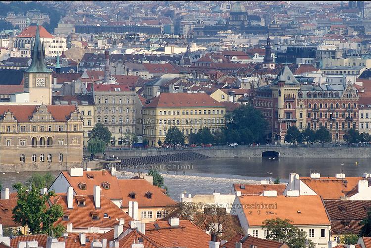 Repubblica Ceca, Praga, Vista sulla della citt&agrave; vecchia. Antichi palazzi lungo la Moldava.<br /> Czech Republic, Prague, View of the old city. Old buildings along the Vltava.