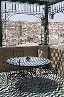 Afrique/Afrique du Nord/Maroc/Fèz: dans la médina Riad Palais de Fez ou Dar Tazi la terrasse et sa vue sur la médina