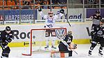 Will Acton (Schwenningen) nach Tor zum 1:2 Jubel, Torjubel, jubelt &uuml;ber das Tor, celebrate the goal, celebration, wolfsburg entt&auml;uscht, schaut entt&auml;uscht, niedergeschlagen, disappointed beim Spiel in der DEL, Grizzlys Wolfsburg (dunkel) - Schwenninger Wild Wings (weiss).<br /> <br /> Foto &copy; PIX-Sportfotos *** Foto ist honorarpflichtig! *** Auf Anfrage in hoeherer Qualitaet/Aufloesung. Belegexemplar erbeten. Veroeffentlichung ausschliesslich fuer journalistisch-publizistische Zwecke. For editorial use only.