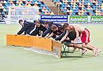 MONCHENGLADBACH - Ook het EK hockey in het Duitse Monchengladbach is vrijdag getroffen door hevige regebuien. Zo erg dat het kunstgas waterveld onderwater stond en de wedstrijd Spanje-Frankrijk moest worden onderbroken.<br /> Met banken probeert men het water van het veld te schuiven.