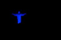 RIO DE JANEIRO, RJ, 17.11.2014 - NOVEMBRO AZUL - CRISTO REDENTOR - A estátua do Cristo Redentor é vista iluminada de azul no Dia Mundial de Combate ao Câncer de Próstata, nesta segunda-feira, 17. (Foto: Gustavo Serebrenick / Brazil Photo Press)
