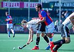 AMSTELVEEN - Jan-Willem Buissant (Adam) met Vincent Spitaels (SCHC)   tijdens  de hoofdklasse competitiewedstrijd hockey heren,  Amsterdam-SCHC (3-1).  COPYRIGHT KOEN SUYK