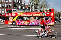 Citysightseeing bus in Amsterdam. Toeristen bekijken de stad.