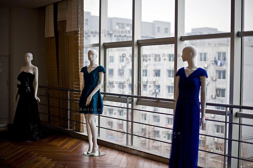 Hangzhou, Cina. Sala riunione di una fabbrica di seta nella citt&agrave; di Hangzhou.<br /> The conference room in a silk factory in Hangzhou