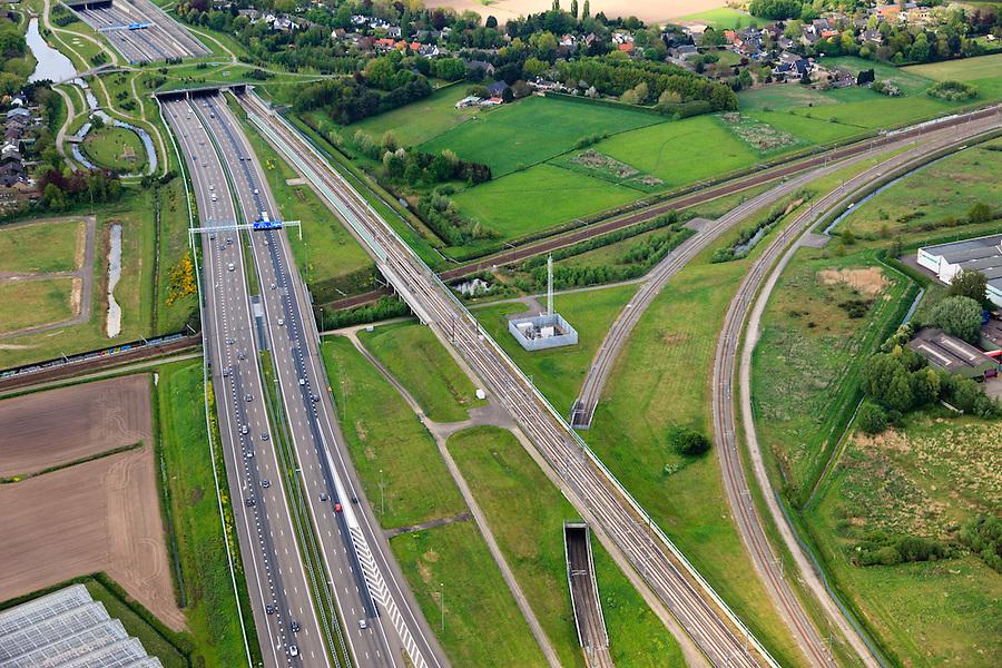 Nederland, Noord-Brabant, Breda, 09-05-2013; infrabundel, combinatie van autosnelweg A16 gebundeld met de spoorlijn van de HSL (re). Kruising met spoorlijn naar Roosendaal, rechtsonder verbindingsbogen tussen HSL en reguliere spoorlijn (voor shuttle treinen en Fyra richting Antwerpen). <br /> De bundel loopt in tunnelbakken, lokale wegen gaan over deze infrabundel heen, door middel van de zogenaamde stadsducten, gedeeltelijk ingericht als stadspark. <br /> Combination of motorway A16 and the HST railroad, crossed by common railroads and local roads, partly designed as &quot;urban ducts&quot;. <br />  <br /> luchtfoto (toeslag op standard tarieven);<br /> aerial photo (additional fee required);<br /> copyright foto/photo Siebe Swart.