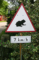Amphibienschutz, Amphibien-Schutz, Achtung Amphibienwanderung, Schild, Straßenschild fordert auf, wanderte Amphibien, Frösche, Krözten, Frosch, Kröte zu beachten