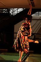 """SAO PAULO, 21 DE MAIO de 2012 - CLARABOIA - Dançarina Morena Nascimento durante apresentacao do espetaculo Claraboia, que foi criada em 2010 por uma mulher que dança sobre um teto de vidro convivendo com objetos estranhos, brinca com cores, formas e volumes. A luz que atravessa a superficie de vidro transparente evidencia quem assiste do andar de baixo. A distância entre a dança e o publico evoca uma dimensão onirica que aos poucos revela e surpreende através de composições imagéticas que questionam os limites que aparentemente separam """"realidade"""" e """"imaginaçao. onde uma mulher dança sobre um teto de vidro convivendo com objetos estranhos na noite dessa segunda-feira, 21 na Galeria Olido regiao central da capital paulista - FOTO LOLA OLIVEIRA BRAZIL PHOTO PRESS"""