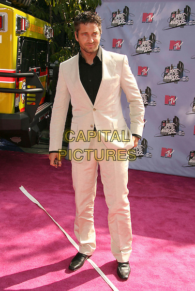 GERARD BUTLER .2007 MTV Movie Awards held at the Gibson Amphitheater, Universal City, California, USA..June 3rd, 2007.half length cream beige suit .CAP/ADM/RE.©Russ Elliot/AdMedia/Capital Pictures *** Local Caption *** ...