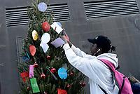 Roma, 8 Dicembre 2018<br /> Migranti e attivisti solidali decorano &quot;Spauracchio&quot; l' albero di Natale migrante nei pressi della stazione Tiburtina dove l'associazione Baobab accoglie migranti dopo lo sgombero della tendopoli di Piazzale Maslax. Un albero di Natale dedicato ai migranti ed alla Roma solidale. A decorare l'albero parole di  solidariet&agrave;, accoglienza e speranza.