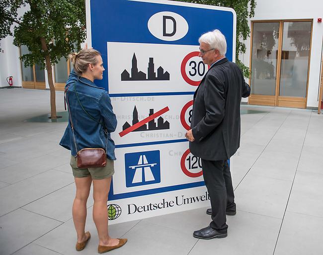 Ein breites Buendnis aus Umwelt- und Verkehrssicherheitsverbaenden fordert ein Tempolimit auf Autobahnen.<br /> Auf einer Pressekonferenz am Freitag den 21. Juni 2019 in Berlin erklaerten die Vertreter der Deutschen Umwelthilfe (DUH), des Verkehrsclub Deutschland (VCD), der Verkehrsunfall-Opferhilfe (VOD), Changing Cities und Greenpeace, dass in Deutschland als einzigem Staat in Europa auf 80 Prozent der Autobahnen ohne jede Tempolimit gefahren werden kann. Gaebe es ein Tempolimit von 80 km/h ausserorts und 120 km/h auf Autobahnen wie beispielsweise die Schweiz, koennten sofort bis zu fuenf Millionen Tonnen des Klimagases CO2 vermieden werden. Zudem wuerde es ueber 100 Todesopfer und mehr als 5.000 Verletzte verhindern. Innerstaedtisch wuerde zudem eine Regelgeschwindigkeit von 30 km/h mehr Sicherheit und weniger Verkehrslaerm bedeuten.<br /> Im Bild vlnr.: Barbara Metz, Stellvertretende Bundesgeschaeftsfuehrerin der DUH und Juergen Resch, Bundesgeschaeftsfuehrer der DUH.<br /> 21.6.2019, Berlin<br /> Copyright: Christian-Ditsch.de<br /> [Inhaltsveraendernde Manipulation des Fotos nur nach ausdruecklicher Genehmigung des Fotografen. Vereinbarungen ueber Abtretung von Persoenlichkeitsrechten/Model Release der abgebildeten Person/Personen liegen nicht vor. NO MODEL RELEASE! Nur fuer Redaktionelle Zwecke. Don't publish without copyright Christian-Ditsch.de, Veroeffentlichung nur mit Fotografennennung, sowie gegen Honorar, MwSt. und Beleg. Konto: I N G - D i B a, IBAN DE58500105175400192269, BIC INGDDEFFXXX, Kontakt: post@christian-ditsch.de<br /> Bei der Bearbeitung der Dateiinformationen darf die Urheberkennzeichnung in den EXIF- und  IPTC-Daten nicht entfernt werden, diese sind in digitalen Medien nach §95c UrhG rechtlich geschuetzt. Der Urhebervermerk wird gemaess §13 UrhG verlangt.]