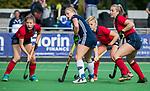AMSTELVEEN  - Pamela Raaff (Pin) met Fabienne Roosen (Lar)  en rechts Fleur Kok (Lar) , hoofdklasse hockeywedstrijd dames Pinole-Laren (1-3). COPYRIGHT  KOEN SUYK