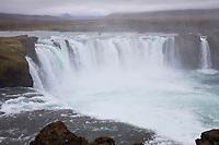 """Goðafoss, Godafoss, Wasserfall auf Island, """"Götterwasserfall"""". Das Wasser des Skjálfandafljót stürzt über einer Breite von 158 m, die von drei Felsen unterbrochen wird, etwa 11 m in einem weiten Boden in die Tiefe. Waterfall, """"waterfall of the gods"""", Iceland"""