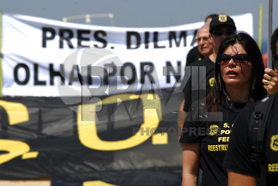 ATENÇÃO EDITOR: FOTO EMBARGADA PARA VEICULOS INTERNACIONAIS - RIO DE JANEIRO,RJ 19 DE SETEMBRO 2012 - Nesta manhã de quarta feira (19) Policiais Federais se manifestaram na orela de da praia de Copacabana, na cidade do Rio de Janeiro.<br /> FOTO: RONALDO BRANDAO/BRAZIL PHOTO PRESS