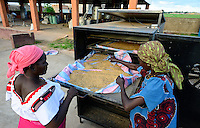 BURKINA FASO, Bobo Dioulasso, village Bama, rice mill, rice drying unit with solar energy use / BURKINA FASO, Bobo Dioulasso, Dorf Bama, SNV Reismuehle, Reis Trocknungsanlage mit Solarenergie Nutzung