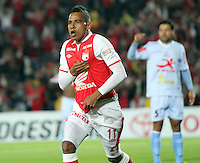 BOGOTA - COLOMBIA - 16 -04-2013: Wilder Medina   de Santa Fe  de Colombia celebra el gol contra  Real Garcilaso del Perú , durante partido en el estadio Nemesio Camacho El CampÌn de la ciudad de Bogotá, partido por el grupo  6 de la Copa Bridgestone Libertadores 2013, abril 16 de 2013.  (Foto: VizzorImage / Felipe Caicedo / Staff) . BOGOTA - COLOMBIA - 04/15/2013: Wilder Medina of Santa Fe of Colombia celebrates goal against Real Garcilaso of Peru during game at the stadium Nemesio Camacho El Campin in Bogota, Group 6 match for Bridgestone Cup Libertadores 2013, April 16, 2013. (Photo: VizzorImage / Felipe Caicedo / Staff)