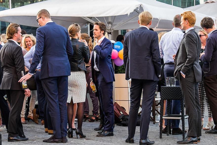 Nederland, Amsterdam, 16 juli 2015<br /> Amsterdam Zuidas. Kantoorpersoneel van de Zuidas borrelen na afloop van de dag nog wat.<br /> <br /> Foto: Michiel Wijnbergh