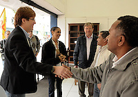 OSASCO,SP-28,07,2014 - ELEI&Ccedil;&Otilde;ES 2014 - MARINA SILVA - A candidata a Vice Presid&ecirc;ncia Marina Silva - PSB (Coliga&ccedil;&atilde;o Unidos pelo Brasil -PRP,PHS,PSL) e o candidato a Deputado Estadual Reinaldo Mota-PSB comprimentam eleitores em caminhada de campanha na Rua Antonio Ag&uacute; no centro da cidade de Osasco,nessa segunda-feira,28<br /> (Foto:Kevin David/Brazil Photo Press)