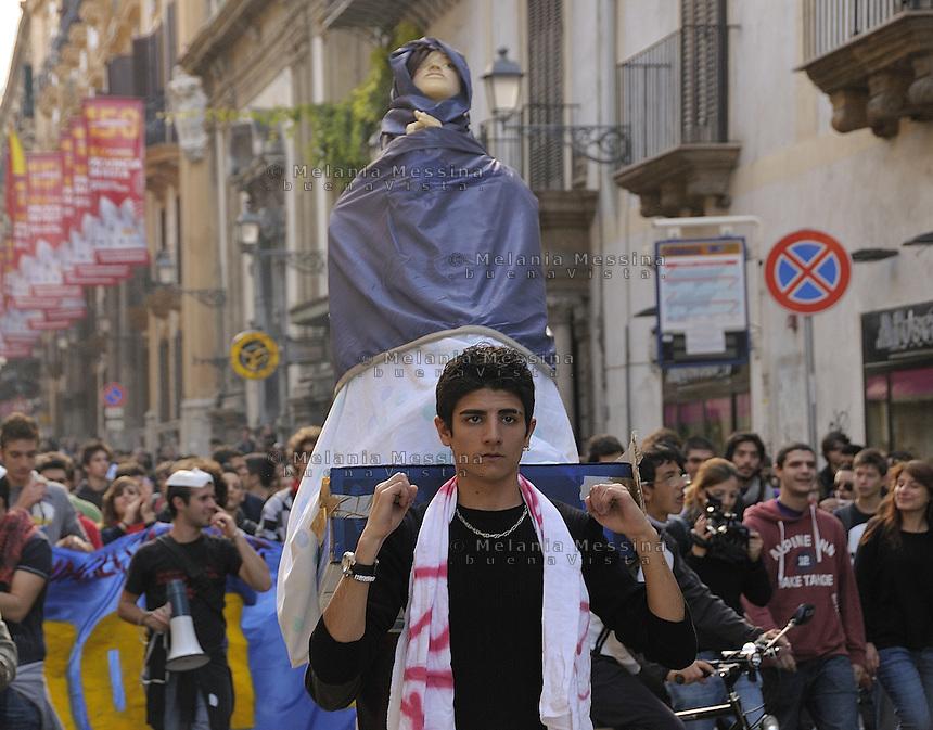 Palermo, students protest march against finance, cuts in education and banks during the student's day.<br /> Palermo corteo di protesta degli studenti contro i tagli alla spesa pubblica e alla gestione della crisi che mirerebbe a salvare gli interessi del mondo della finanza e delle banche.