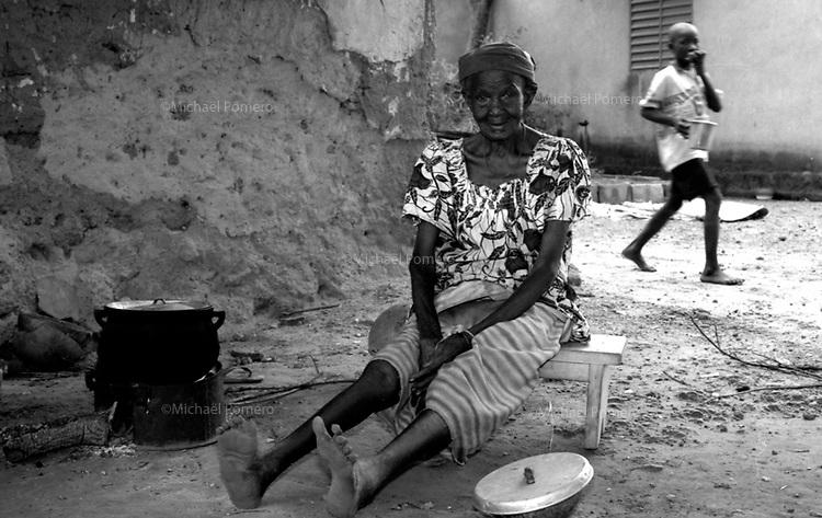 02.1998 Bobodioulasso (Burkina Faso)<br /> <br /> Very old woman (more than 100 years) cooking food with wood in front of her house.<br /> <br /> Tres vieille femme (plus de 100 ans) en train de cuisiner au feu de bois devant sa maison.