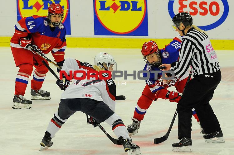 31.03.2015, Malm&ouml; Ishall, Malm&ouml; , SWE, IIHF Eishockey Frauen WM 2015, USA  vs Russland (RUS), im Bild, Jocelyne LAMOUREUX (#17, USA), Yekaterina SMOLINA (#88, RUS)<br /> <br /> ***** Attention nur f&uuml;r redaktionelle Berichterstattung *****<br /> <br /> Foto &copy; nordphoto / Hafner