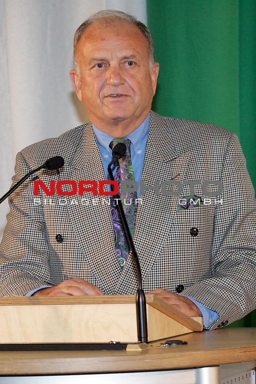 FBL 2006/2007<br /> Mitgliederversammlung Werder Bremen<br /> <br /> Vorstandsvorsitzender J&uuml;rgen L. Born von Werder Bremen bei seiner Ansprache an die Mitglieder und bei seinem Bericht der Gesch&auml;ftsf&uuml;hrung.<br /> <br /> Foto &copy; nordphoto <br /> <br /> <br /> <br />  *** Local Caption ***