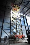 BODEGRAVEN - Op het bedrijventerrein Broekvelden werken Oostenrijkse monteurs aan de opbouw van het door Ask Romein gebouwde opslaglood van Menkens Drinks. In opdracht van Partner Logistics die is gespecialiseerd in operationele warehousing, is een grote, 24 meter hoge opslagloods gebouwd waar momenteel de schappen in worden opgebouwd om na montage rechtop te gaan zetten. In het pand is ook ruimte voor kantoren geschapen. COPYRIGHT TON BORSBOOM.