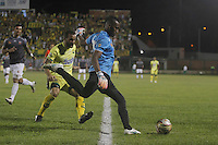 FLORIDABLANCA -COLOMBIA-8-MAYO-2016.Jeferson Martínez guardameta  del Envigado FC disputa el balón con  el Bucaramanga durante partido por la fecha 17 de Liga Águila I 2016 jugado en el estadio Alvaro Gómez Hurtado./ Jeferson Martínez goalkeeeper  of  Envigado FC fights the ball against Bucaramanga during the match for the date 17 of the Aguila League I 2016 played Alvaro Gomez Hurtado . Photo: VizzorImage / Duncan Bustamante / Contribuidor