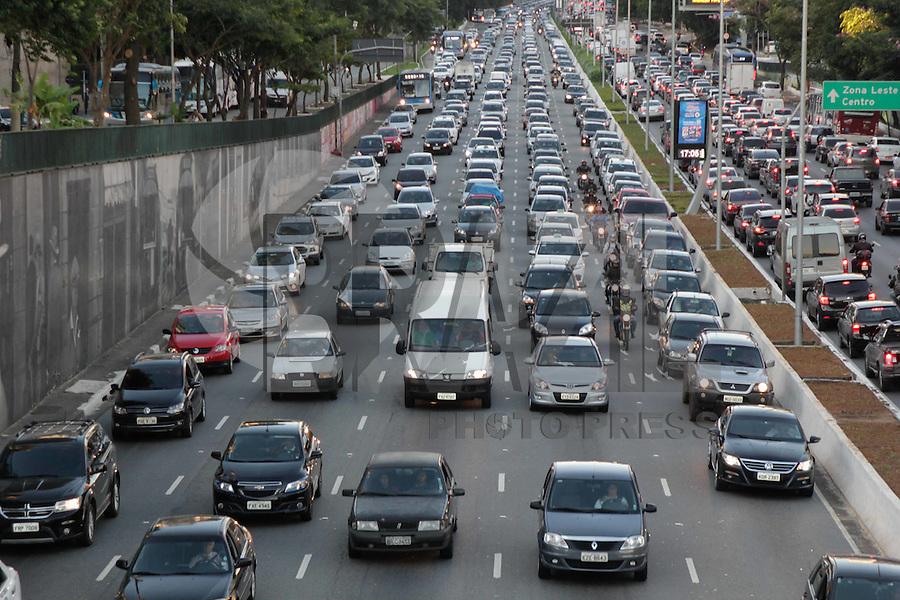SÃO PAULO, SP, 29.05.2015 - TRÂNSITO-SP - Trânsito parado na Avenida 23 de Maio, altura do Viaduto Tutoia na tarde desta sexta-feira, 29. (Foto: Renato Mendes/Brazil Photo Press)