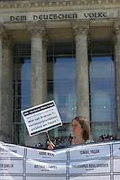 Am Montag den 6. Mai 2013 versammelten sich Mitglieder Antirassistischer und Antifaschistischer Gruppen zu einer Kundgebung anlaesslich des Beginns des NSU-Prozess vor dem Reichstag. Sie forderten Aufklaerung ueber die Verstrickung von deutschen Ermittlungsbehoerden in den NSU und die Aufloesung der Geheimdienste.<br />6.5.2013, Berlin<br />Copyright: Christian-Ditsch.de<br />[Inhaltsveraendernde Manipulation des Fotos nur nach ausdruecklicher Genehmigung des Fotografen. Vereinbarungen ueber Abtretung von Persoenlichkeitsrechten/Model Release der abgebildeten Person/Personen liegen nicht vor. NO MODEL RELEASE! Don't publish without copyright Christian-Ditsch.de, Veroeffentlichung nur mit Fotografennennung, sowie gegen Honorar, MwSt. und Beleg. Konto:, I N G - D i B a, IBAN DE58500105175400192269, BIC INGDDEFFXXX, Kontakt: post@christian-ditsch.de<br />Urhebervermerk wird gemaess Paragraph 13 UHG verlangt.]