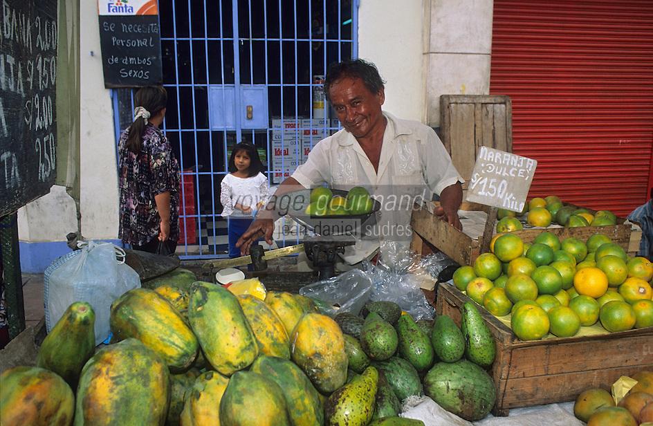 Amérique/Amérique du Sud/Pérou/Lima : Marché de Surquillo - Marchand de fruits (oranges, papayes et anones)