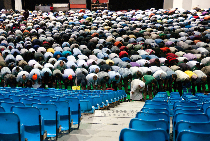 - Milano, Palasharp, la comunità islamica si riunisce per la preghiera del primo venerdì di Ramadan....- Milan, the prayer of the first friday of Ramadan.