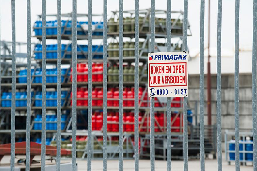 Nederland, Amsterdam, 17  april 2013.Bord aan de ingang van handelaar in gas in flessen. Roken en vuur verboden ivm explosiegevaar .Foto(c): Michiel Wijnbergh