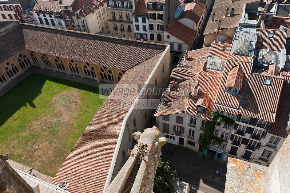 Europe/France/Aquitaine/64/Pyrénées-Atlantiques/Pays-Basque/Bayonne: Vue sur le  Cloitre de la Cathédrale Sainte-Marieet les  maisons du Grand Bayonne depuis les flèches da la cathédrale