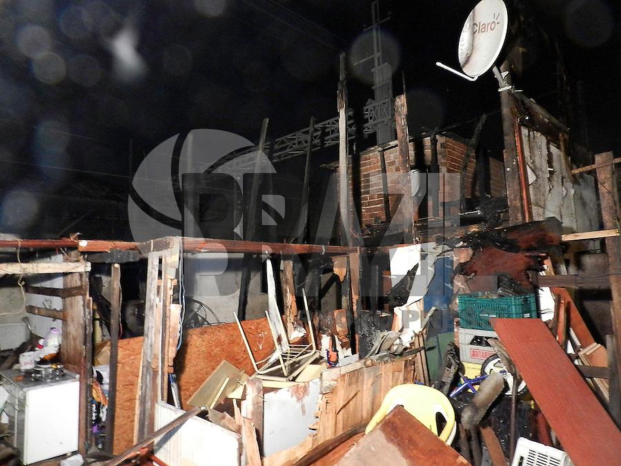 SAO PAULO - SP - 13.09.2013 - INCÊNDIO/FAVELA DO MOINHO - Bombeiros foram acionados para apagar um incêndio que consome barracos na favela do Moinho, na região central de São Paulo, na noite desta quinta-feira (12). Segundo os bombeiros, ao menos sete barracos foram atingidos, mas não há informações de pessoas feridas. (Foto: Mauricio Camargo / Brazil Photo Press).