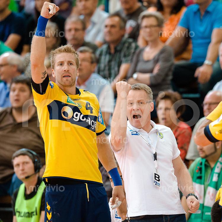 rechts Trainer Gudmundur Gudmundsson und links Oliver Roggisch (beide RNL) jubeln mit geballter Faust