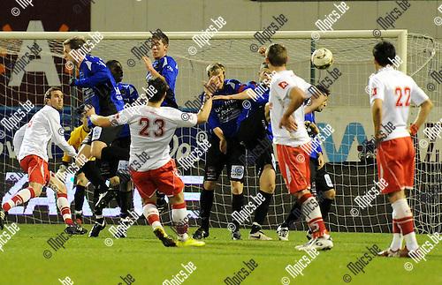 2011-03-03 / Seizoen 2010-2011 / Voetbal / R Antwerp FC - FC Verbroedering Dender EH / De vrije trap van Alexandre Di Gregorio gaat langs de muur van Dender ..Foto: mpics