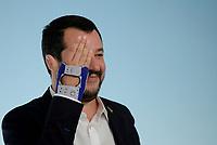 Rom, 20 Ottobre 2018<br /> Matteo Salvini mostra la mano infortunata.<br /> Palazzo Chigi<br /> Conferenza stampa al termine del Consiglio dei ministri sul Def