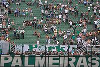 ATENÇÃO EDITOR: FOTO EMBARGADA PARA VEÍCULOS INTERNACIONAIS - SÃO PAULO, SP, 16 DE SETEMBRO DE 2012 - CAMPEONATO BRASILEIRO - PALMEIRAS x CORINTHIANS: Torcida do Palmeiras durante partida Palmeiras x Corinthians, válida pela 25ª rodada do Campeonato Brasileiro no Estádio do Pacaembú. FOTO: LEVI BIANCO - BRAZIL PHOTO PRESS