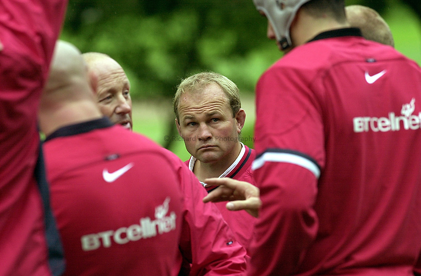 Photo Ken Brown.9.10.2000 England training at Bagshot Surrey.Andy Robinson working with the forwards