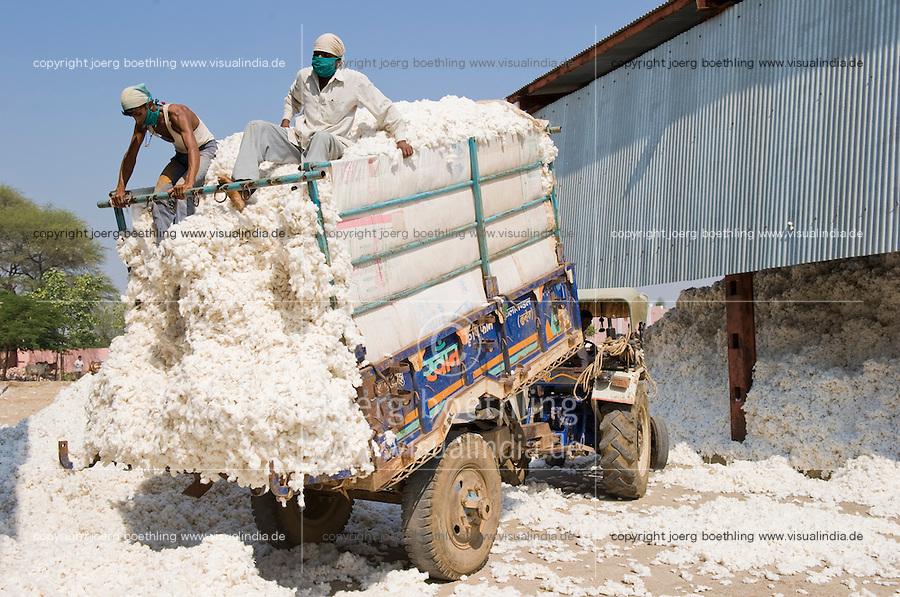 INDIA, Madhya Pradesh, Khargone, Mahima ginning factory, processing of fair trade and organic cotton, farmer supply cotton by tractor / INDIEN Madhya Pradesh , Entkernung von fairtrade und Biobaumwolle bei Mahima Fibres Ltd.