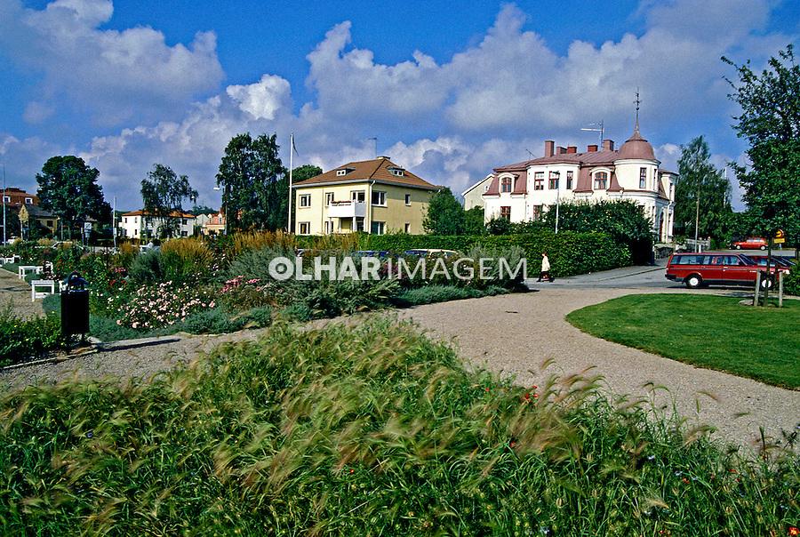 Jardim e casas em Karlshamn, Suécia. 1996. Foto de Adriano Gambarini.